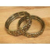 Набор браслетов золотого цвета, диаметр 6 см. Не пользовалась, в упаковке.