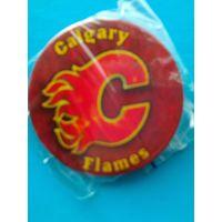 """Значок с Логотипом Хоккейного Клуба НХЛ - """"Калгари Флэймз""""."""