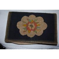 СУМКА АРТ-ДЕКО: Франция, 1925-1930-е. Прекрасная сумочка начала 20 века, мода модерн. Верх соткан из натуральных шерстяных ниток, с добавлением серебряной и золотой нити. В середине изумительный атлас