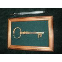 Старинный ключ в рамке