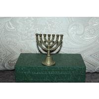 Настольный сувенир, выполненный в виде подсвечника-Меноры, высота 7.5 см.