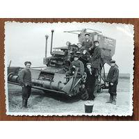 Фото сельских механизаторов на зерноуборочном комбайне. Мстиславльский р-н. 1956 г. 8.5х11.5 см