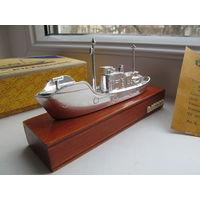 """Корабль """"Китобоец"""" сувенир из СССР на деревянной подставке, коробка"""