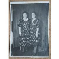 Фото двух женщин. 1955 г. 8х12 см.