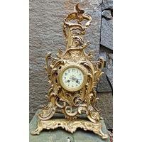 Бронзовые каминные часы 19 века или старее. Корпус еще ручной сборки на кованых, квадратных гайках.Элементы ручной резьбы.