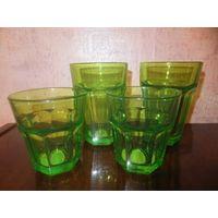 Стаканы и бокалы зеленого цвета. Два стакана (выс12.5, диаметр 9 см), два стакана (выс8.5, диаметр 8.5 см), два бокала (выс18см). Продаю только комплектом. Цена указана за все вместе.