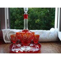 Рубиновый хрустальный набор: графин с пробкой, круглая подставка и 4 рюмочки.