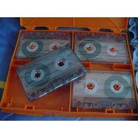 Аудиокасеты в специальных контейнерах по 4 шт.