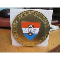 Настольная медаль-плакетка-сувенир на мраморе Брюссельский свободный университет. Торги!