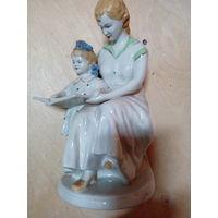 Статуэтка фарфоровая, мама с книжкой