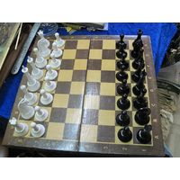 Шахматы пластиковые. Деревянная доска 40*40 см.