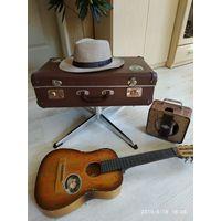 Старый чемодан на подставке,для декора.