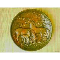 "Барельеф (тарелка, панно) ""Лошади"" (металл), диаметр 32 см."