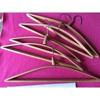 Вешалки плечики деревянные СССР 5 шт вместе Длинна ок 36-45 см    4 шт для взрослых и одна детская