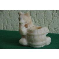 Статуэтка   Медведь с кадушкой   целый  ( камень )