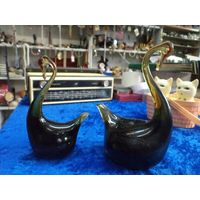 Пара лебедей, цветное тяжелое стекло, 14 и 12 см.