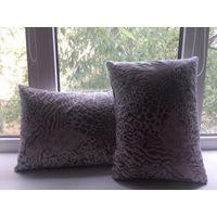 Две подушки, размер 40 на 30. Отличного качества приятный на ощупь материал. Украсят Ваш диван и интерьер. Состояние нового.