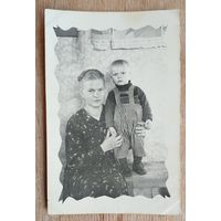 Фото женщины с ребенком. 1950-е. 6х9 см