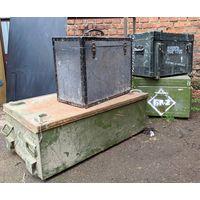 Стальные и деревянные ящики от армейского оборудования.