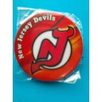 """Значок с Логотипом Хоккейного Клуба НХЛ - """"Нью - Джерси Дэвилз""""."""