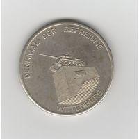Памятная медаль ГДР. 35 лет освобождения от фашизма. Галле и Виттенберг. Флаги СССР и ГДР, а также танк на постаменте.