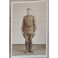 Фото солдата с медалью. 1945 г. 9х14 см