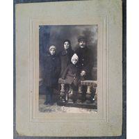 Семейный фотопортрет с детьми. 1930-е. На паспарту. Фото 10,5х16 см.