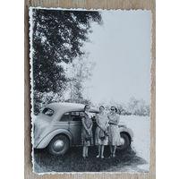 Фото девушек на фоне автомобиля. 8х11.5 см