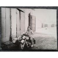 Фото. Мужчина на мотоцикле у гаражей. 7х10 см.