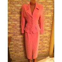 Стильный костюм персикового цвета на +- 44 размер. Очень красиво смотрится на фигурке. Костюм состоит из жакета и юбки. Ткань типа спандекса. Замеры: юбка на подкладке (длина 87 см, ПОбедер 49-54 см