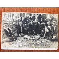 Фото пикник на обочине, Западная Беларусь, 1940-е?, алкоголь, застолье
