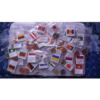 Коллекция монет 30 шт. разных стран, в мешочках с флагом страны, без повторов. распродажа