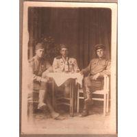 Фото военных за столом. 8,5х12 см