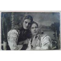 Фото двух девушек в национальных костюмах. 1930-е 8.5х13 см (Из фотографий семьи Виноградовых)
