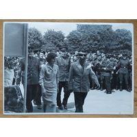 Фото летчиков-космонавтов Валентины Терешковой и Андрияна Николаева на встрече в одной из воинских частей. Июнь 1966 г. 8х11 см