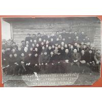 "Фото участников собрания артели ""Победа"" г.Воложин. 1956 г. 16х23 см."