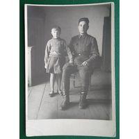 Фото военного с ребенком. 8.5х12.5 см
