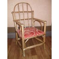 Старенький детский стульчик из лозы.