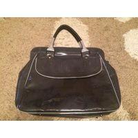 Стильная и эффектная лаковая сумка красивого серого цвета, смотрится очень классно. иск. лак. размер 47 на 35 см. Реально очень крутая сумка. Есть потертости углов, но в принципе в глаза не бросаются