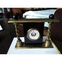 Настольные кварцевые часы с гербом на циферблате.