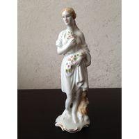 Фарфоровая статуэтка Девушка
