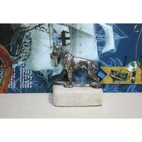 Статуэтка металлическая собаки на камне.