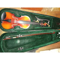 Скрипка 1/4 со смычком в футляре в отличном состоянии