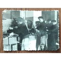 Фото. Учащиеся ФЗУ за работой. 1951 г. 8х11 см
