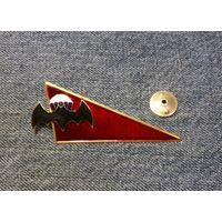 Уголок на берет (кокарда) летучая мышь с парашютом.