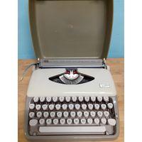 Портативная пишущая  машинка Adler Tippa.