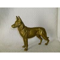 Старенькая и большая статуэтка - собака. Овчарка.  Бронза
