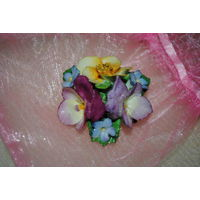"""Винтажная номерная английская брошь ручной работы из фарфора: """"Нежные цветы"""" от COALPORT - *размер 4,5см., - немного повреждён и закрашен средний салотовый лепесток - **см. на фото!"""
