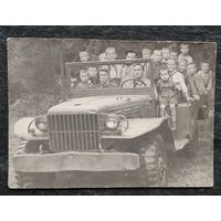 Фото юных пионеров на военной машине. 1950-е. 9х13 см.