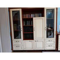 Шкаф для книг (массив ольхи тонированной) из набора мебели для жилой комнаты. Весь набор см. на фото